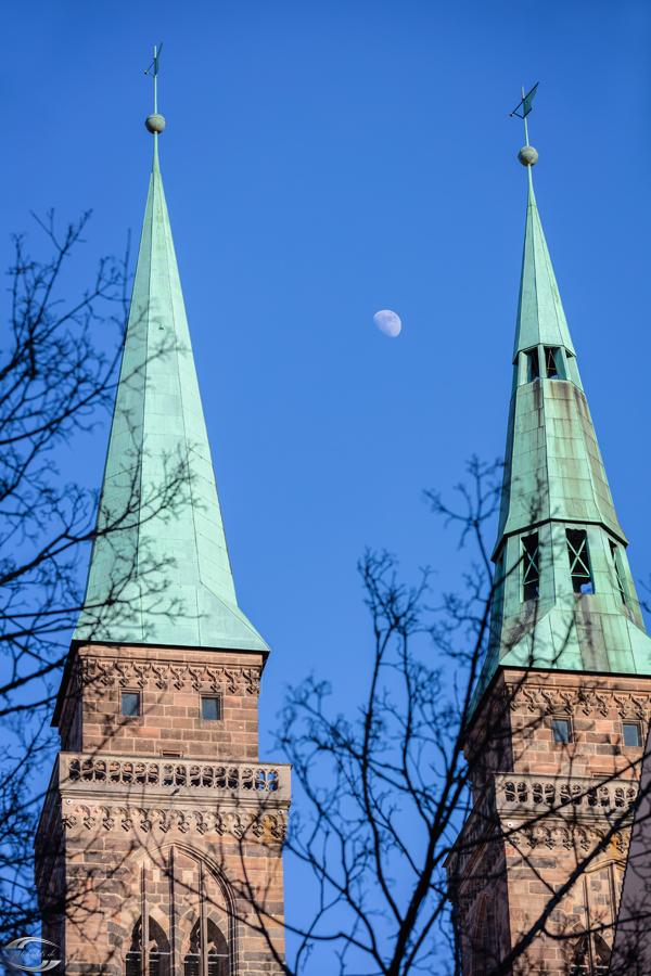 Mond zwischen den Dächern der Türme der Sebalduskirche am Tag