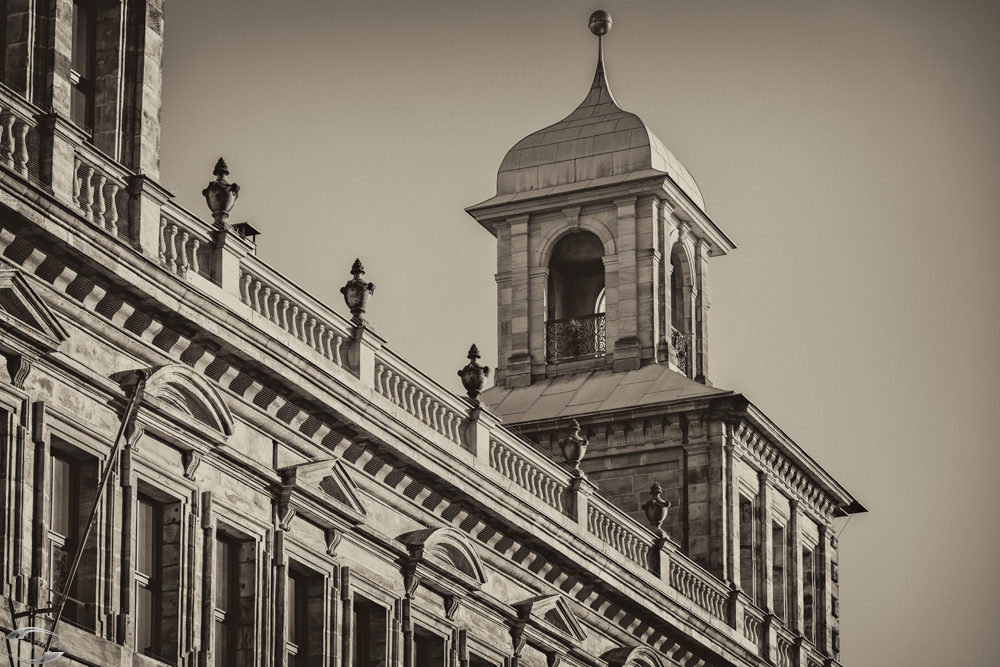 Turm des alten Rathauses in schwarz weiß