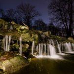 Blick auf einen kleinen Wasserfall bei Nacht