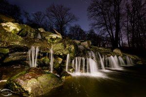 Nachtaufnahme eines Wasserfalls