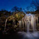 Blick auf einen kleinen Wasserfall in der Dämmerung