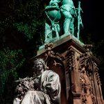 Bild eines Denkmals bei Nacht