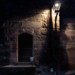 Bild einer Tür in einer Mauer am Abend