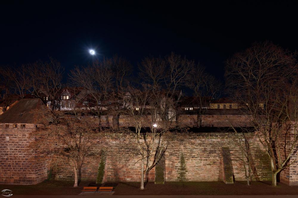 Blick auf die Stadtmauer bei Nacht