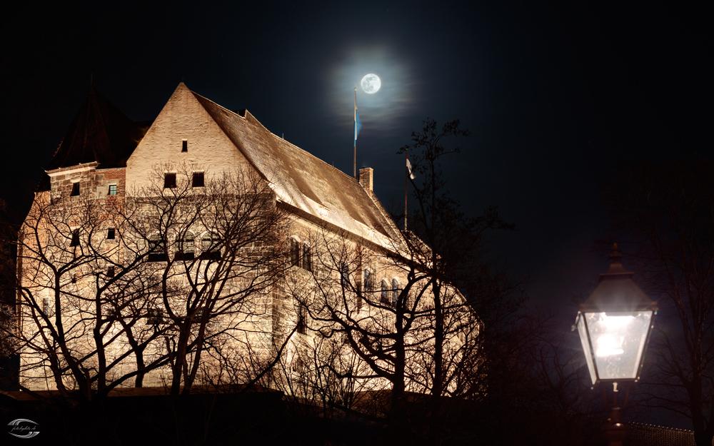 Blick auf die Kaiserburg bei Nacht