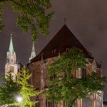 Rückseite der Lorenzkirche mit Baum