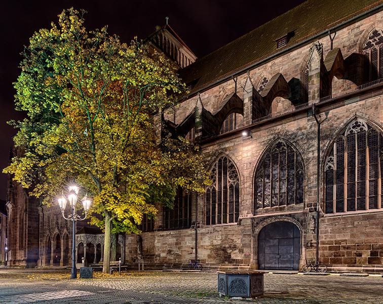 Flanke der Lorenzkirche mit herbstlichen Baum davor