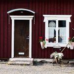 Ausschnitt eines Holzhauses mit Haustür und Fesnster