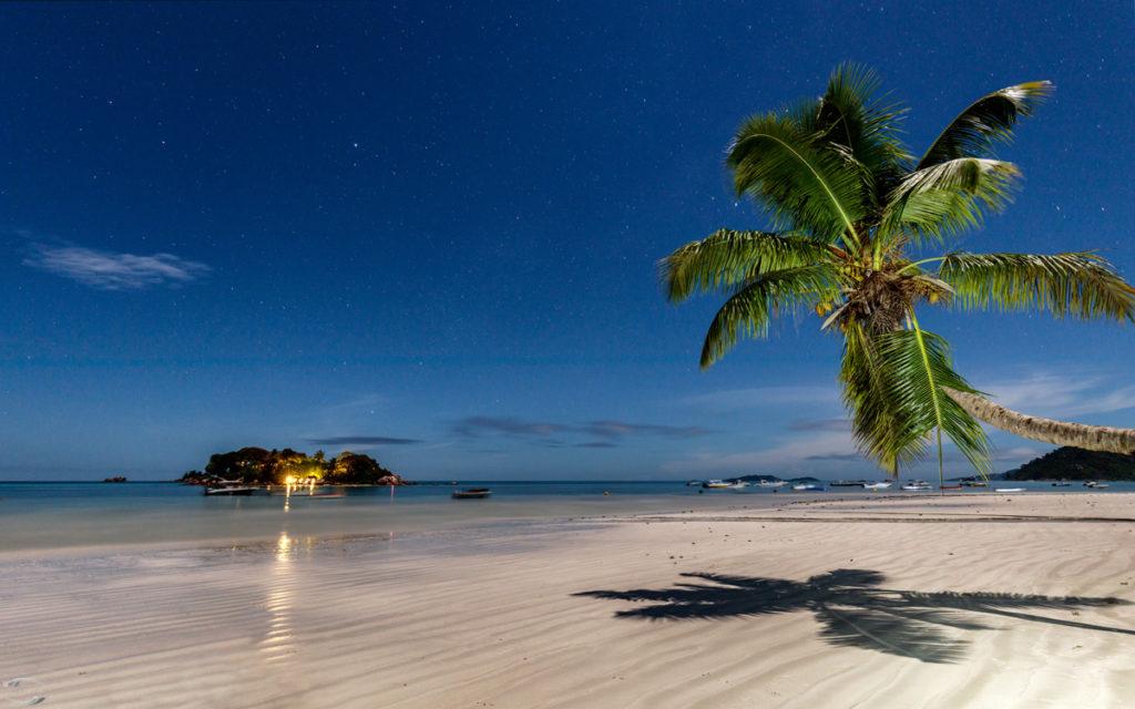 Ein Strand auf Praslin bei Nacht