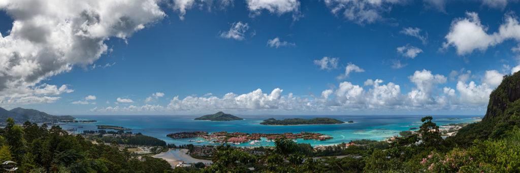 Panorama über ein Bucht mit türkisem Wasser