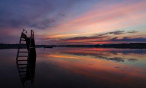 Bild der Abenddämmerung über dem See Turajärvi mit einer Baderutsche im Vordergrund
