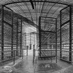 Panorama im Inneren einer Stahlkonstruktion in schwarz-weiß