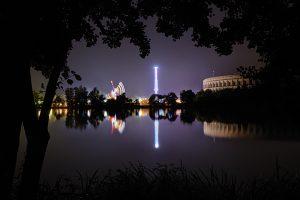 Bild vom Blick über den Duzendteich Richtung Volksfest und Serenadenhof bei Nacht