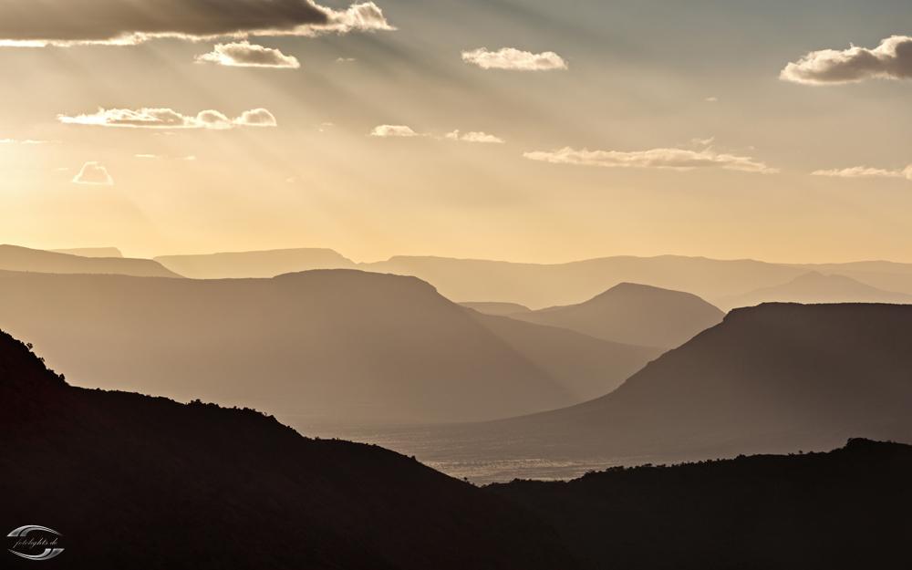 Dunst am späten Nachmittag zwischen Bergen