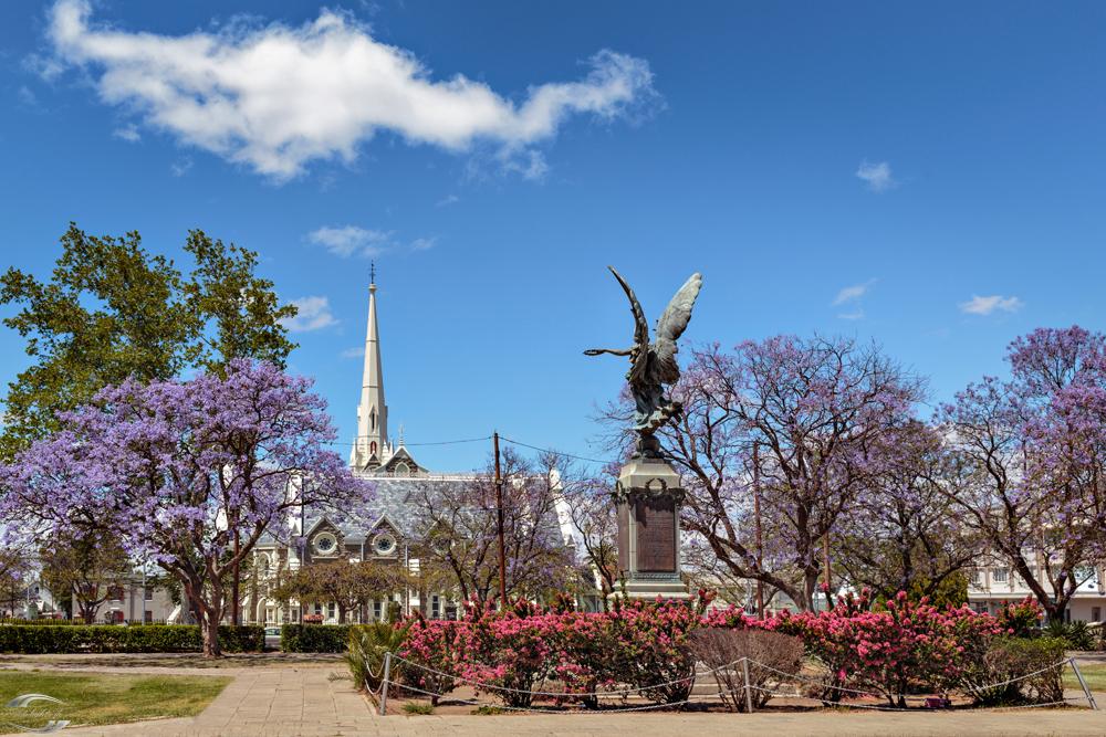 Bild eines Parkes mit Statue